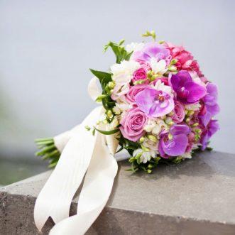 Букет невесты из розовых роз и орхидей «Вальс Мендельсона»