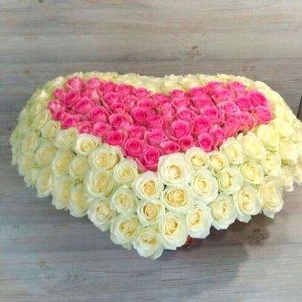 Бело-розовое сердце из 151 розы