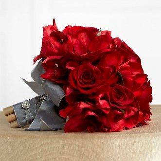 Букет невесты из красных альстромерий и роз «Донна роза»