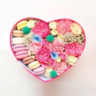 Коробочка сердце с 8 макарунами