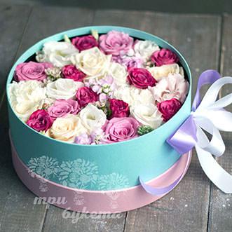Белые гвоздики и розы в коробке